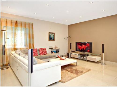 Desain interior ruang tamu dengan warna cat pastel