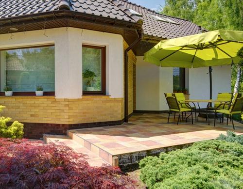 Desain teras belakang rumah dengan canopy (Fotolia)