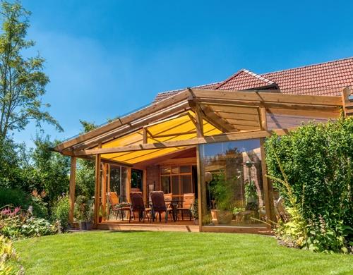 Desain teras belakang sebagai ruang makan bernuansa alami (Fotolia)