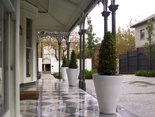 Gambar teras rumah minimalis modern  dengan lantai keramik