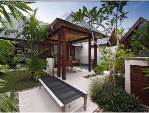 Garden dining bernuansa tropis