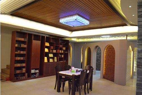 Interior bernuansa eklektik dengan plafon kayu