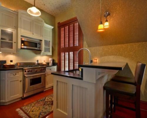 Interior dapur bawah tangga dengan kitchen island - Homestratosphere