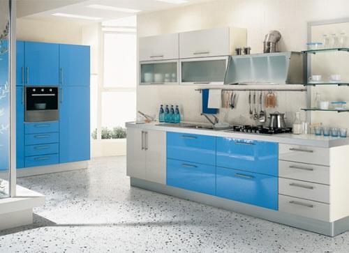 Interior dapur dengan kitchen set sebagai furniture utama