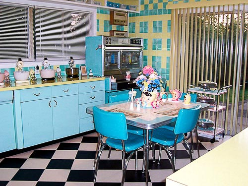 Interior dapur kecil dengan bukaan lebar