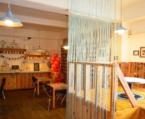 Interior dengan sekat unik di Noriter Cafe - Inquirer