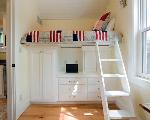Interior kamar tidur putih dengan ranjang bertingkat (Houzz)