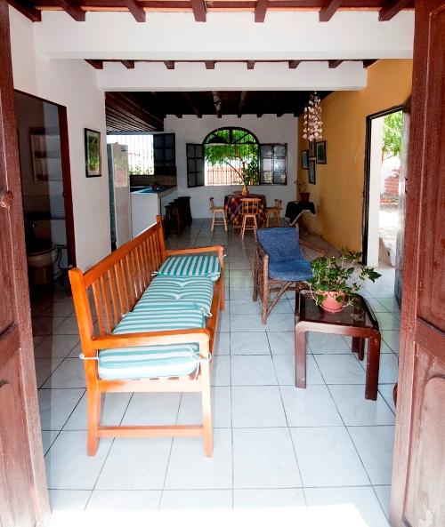Interior rumah minimalis tampak luas dengan warna cerah