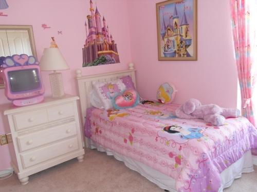 Kamar tidur anak perempuan bertema Barbie