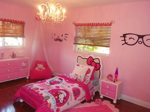 Kamar tidur anak perempuan bertema Hello Kitty