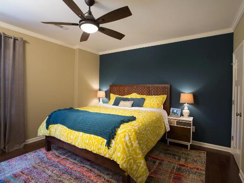 Kamar tidur dengan paduan biru dan kuning (Homegopict)