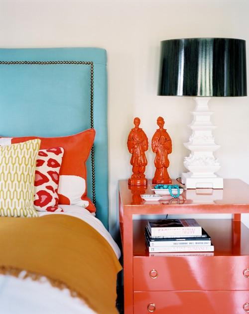 Kamar tidur eklektik dengan paduan warna merah dan headboard biru -Interlegalace