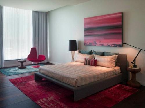 Kamar tidur elegan dengan sentuhan pink (Homexmas)