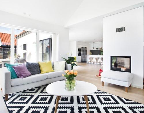 Karpet dan dinding sekat dapat meredam suara di ruang keluarga (Houzz)