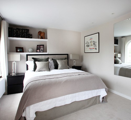 Kombinasi abu-abu dan putih membentuk tema monokrom di kamar tidur minimalis
