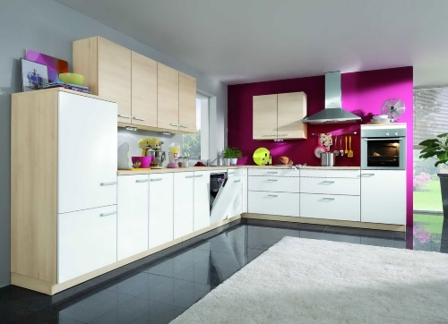 Kombinasi warna putih dan ungu di dapur rumah minimalis
