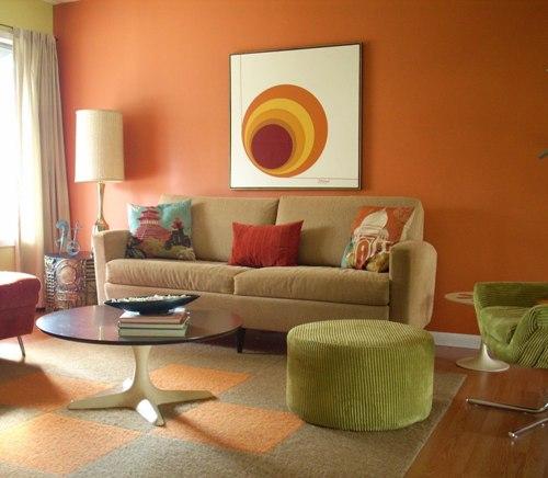 Lukisan minimalis dapat menjadi center of attraction di ruang tamu