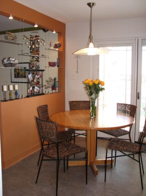 Menghemat ruang dapur dengan partisi sekaligus rak pajang