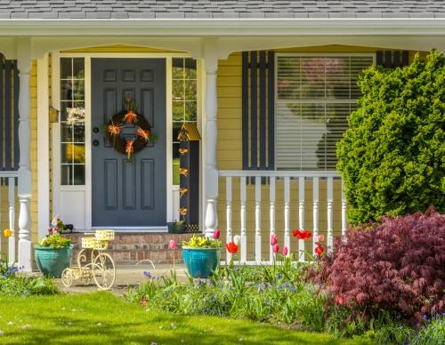 Model teras rumah minimalis gaya Bungalow - Shutterstock