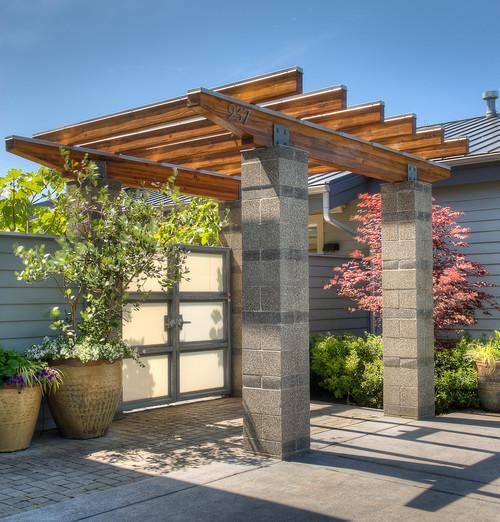 Pagar beton dengan gapura kayu - Houzz