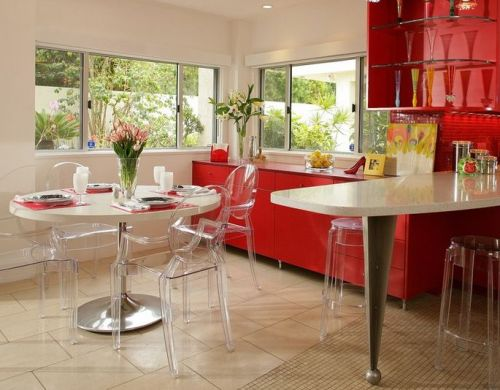 Ruang makan bernuansa modern dengan kursi transparan - Homedit