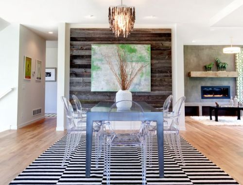 Ruang makan bernuansa rustic dengan kursi transparan - Homedit