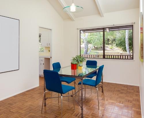 Ruang makan dengan cahaya alami melalui fixed windows - Shutterstock