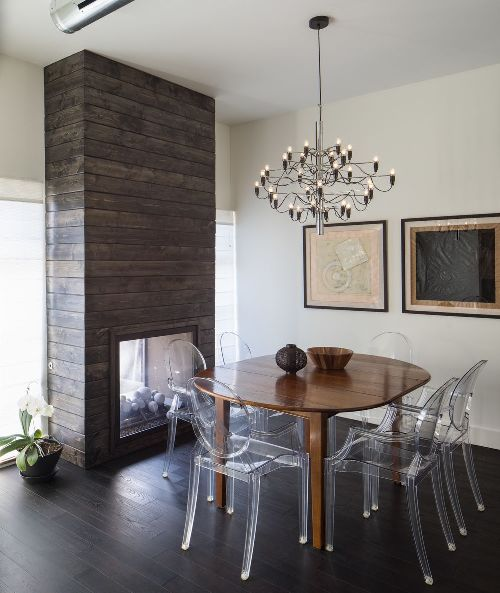 Ruang makan minimalis dengan kursi transparan - Homedit