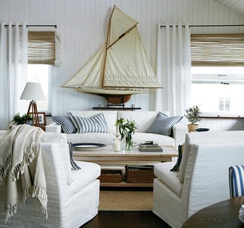 Ruang tamu bernuansa laut dengan ornamen laut