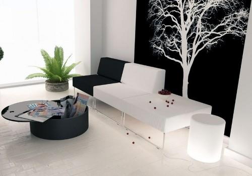 Ruang tamu hitam putih dengan wallpaper hitam
