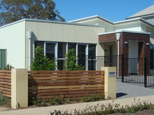 Rumah asri minimalis dengan pagar kayu