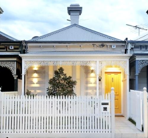 Rumah minimalis gaya victoria (sumber: Farmboyfinearts)