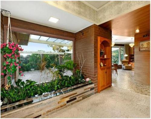 Taman indoor di ruang tamu dengan media planter