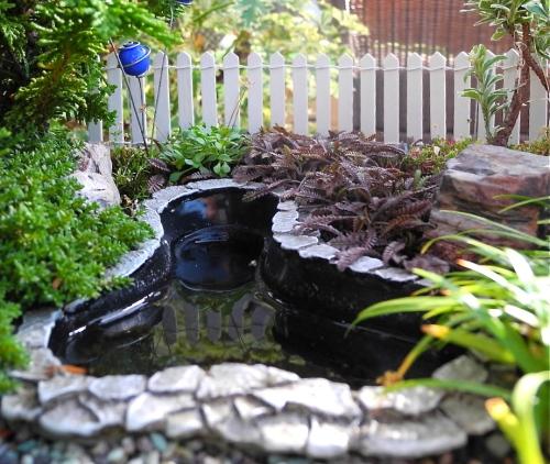 Taman mini dengan kolam kecil - Minigardener