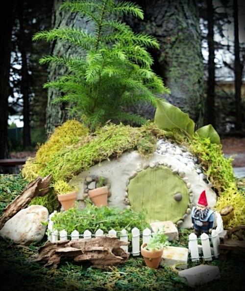 Taman miniatur dengan elemen batu dan kayu - Enchantedacorn