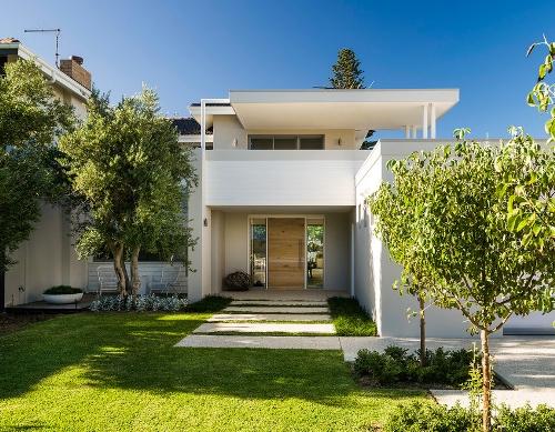 Taman minimalis depan rumah dengan kayu sebagai tanaman hias