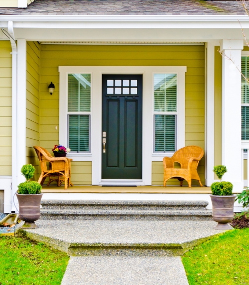 Teras bungalow minimalis dengan furniture - Shutterstock
