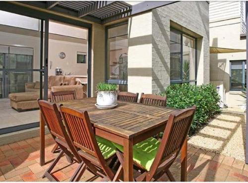 contoh rumah minimalis 2 lantai dengan ruang makan terbuka