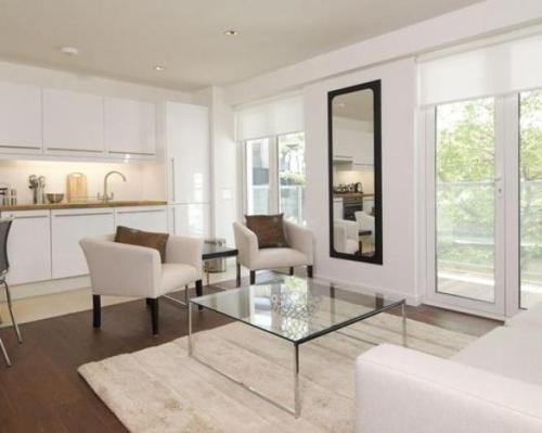 interior ruang tamu minimalis tampak lapang dengan elemen kaca