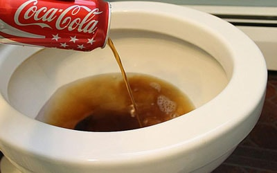 Membersihkan kerak di kloset Dengan Coca Cola