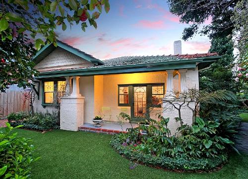 rumah minimalis tropis asri dengan taman
